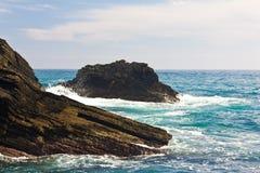 Fala rozbija na skalistych brzeg Cinque Terre zdjęcia stock