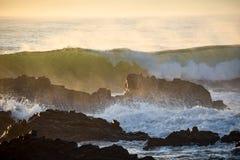 Fala rozbija nad skałami od oceanu ranku przybywającego przypływu obrazy stock
