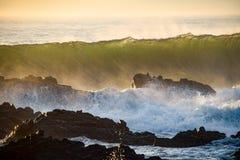 Fala rozbija nad skałami od oceanu ranku przybywającego przypływu fotografia royalty free