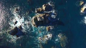 Fala Rozbija przeciw ampuły skały filarom Playa Del Silencio, Asturias, Hiszpania - Powietrzny wideo - zbiory