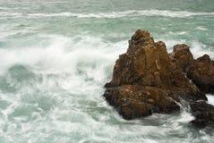 Fala rozbija w duże skały zdjęcie royalty free