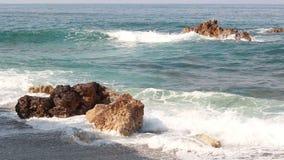 Fala rozbijają na skałach w morzu śródziemnomorskim zdjęcie wideo
