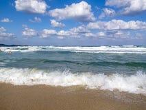 Fala spotyka piaskowatą Czarną morze plażę, kąpać się ludzi w nawadnia odległość Fotografia Stock