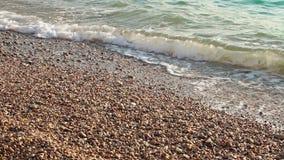 Fala staczają się na otoczak plaży zbiory wideo