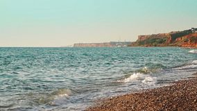 Fala staczają się na otoczak plaży zbiory