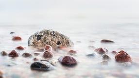 Fala uderza w skałach na morzu obraz stock