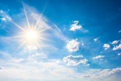 Fala upałów, jaskrawy słońce na niebieskim niebie obraz royalty free
