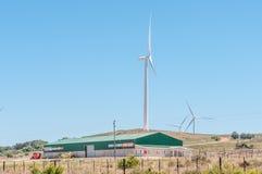 Fala upałów zniekształcają wiatr jadącego budynek i turbina Obrazy Stock