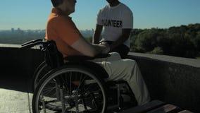 Fala voluntária confiável com um homem wheelchaired filme