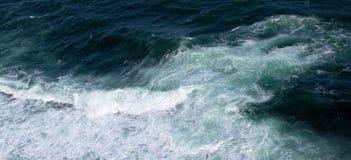 Fala w oceanu chełbotania fala Wody morskiej powierzchnia z fala klepnięciem Obrazy Royalty Free