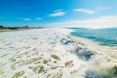 Fala w Pacyfik plaży obraz stock