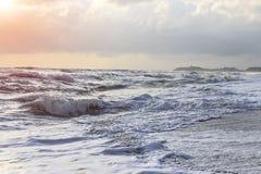 Fala, wiatr deszcz i ranku wschód słońca, Zdjęcia Royalty Free
