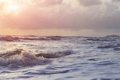 Fala, wiatr deszcz i ranku wschód słońca, Fotografia Stock