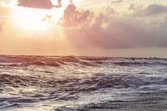 Fala, wiatr deszcz i ranku wschód słońca, Fotografia Royalty Free