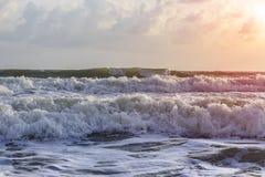 Fala, wiatr deszcz i ranku wschód słońca, Obrazy Royalty Free