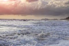 Fala, wiatr deszcz i ranku wschód słońca, Zdjęcie Stock