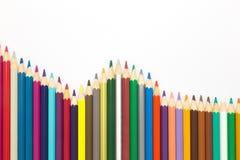 Fala wieloskładnikowi drewniani colour ołówki na białym tle ilustracja wektor