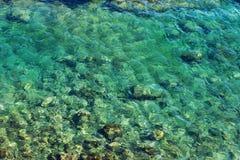 Fala z piankowym błękitnym morzem Abstrakcjonistyczna błękitna woda morska dla backgroun Fotografia Stock