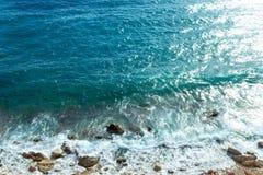 Fala z piankowym błękitnym morzem Abstrakcjonistyczna błękitna woda morska dla backgroun Zdjęcia Royalty Free
