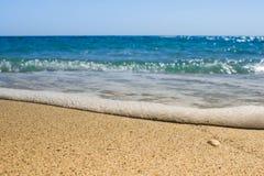 Fala zbliża się morze łuskają lying on the beach na piasku podczas zmierzchu Fotografia Royalty Free