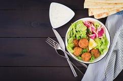 Falafel и свежие овощи Шар Будды стоковые фото