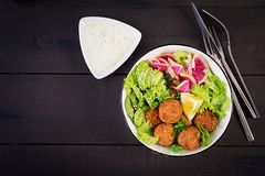 Falafel и свежие овощи Шар Будды стоковая фотография