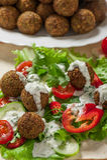 Falafel auf Salatblättern Stockfotos