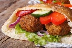 Falafel avec les légumes frais en plan rapproché de pain pita Images libres de droits