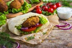 Falafel com os legumes frescos no pão do pão árabe Imagem de Stock Royalty Free