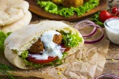Falafel com os legumes frescos no pão do pão árabe Imagens de Stock Royalty Free