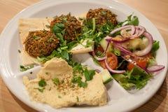Falafel com pão da salada, do hummus e do pão árabe imagem de stock royalty free