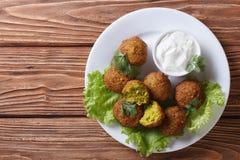 Falafel délicieux sur la laitue avec la vue supérieure de tzatziki Image stock