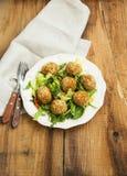 falafel De ballen van veganistkekers op een plaat met verse salade streven na Stock Afbeeldingen