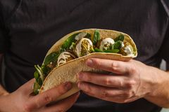 Falafel de Vegan avec des légumes et tahini s'habillant en tortilla dedans image stock