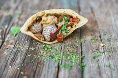 Falafel en verse groenten in pitabroodje op houten lijst Gezonde Levensstijl Selectieve nadruk Royalty-vrije Stock Afbeelding