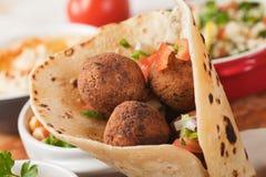 Falafel, głęboko smażyć chickpea piłki na pita chlebie Obraz Stock