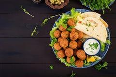 Falafel, hummus и пита Ближневосточные или арабские блюда на темной предпосылке стоковые фотографии rf