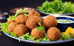 Falafel, hummus и пита Ближневосточные или арабские блюда на темной предпосылке стоковая фотография