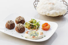 Falafel hummus houmus Startersnack-food mezze Servierplatte Stockbild