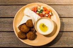 Falafel met salade en saus stock foto's