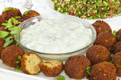 Falafel mit Tzatziki und Tabbouleh lizenzfreie stockfotografie