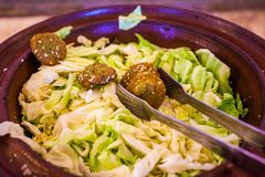 Falafel naczynie z warzywami zdjęcia royalty free