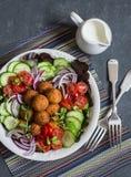 Falafel- och grönsaksallad Läckert vegetariskt matbegrepp Buddhabunke på mörk bakgrund arkivfoto