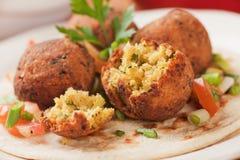 Falafel, palle fritte nel grasso bollente del cece sul pane della pita fotografie stock