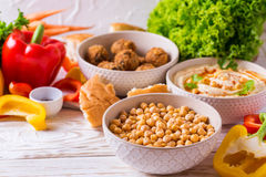 Falafel, pita, hummus i chickpea z warzywami, horyzontalny Obrazy Stock