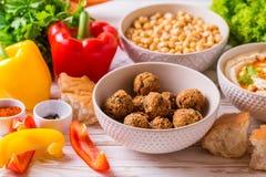 Falafel, pita, hummus i chickpea z warzywami, horyzontalny Obraz Stock