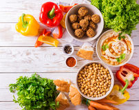 Falafel, pita, hummus i chickpea z warzywami, Odgórny widok Obrazy Stock