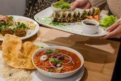 Falafel, sushi e stufato con i ceci in pomodoro Alimento sano del vegano fotografie stock libere da diritti