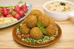 Falafel und Tabbouleh lizenzfreie stockfotos