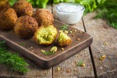 Falafel vegetariano con la salsa di tzatziki immagine stock libera da diritti